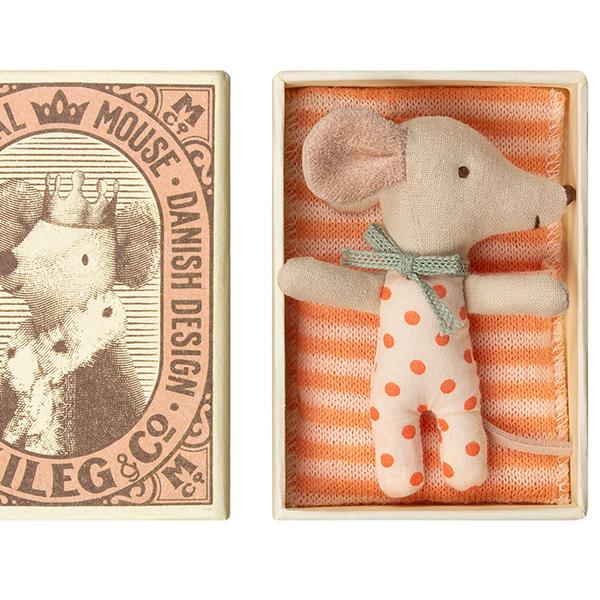赤ちゃんネズミ/女の子のイメージ画像