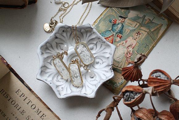 ホワイトストロベリーヴィンテージガラスネックレス イメージ画像